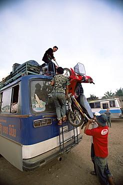 Loading the bus, Luang Nam Tha, Laos, Indochina, Southeast Asia, Asia