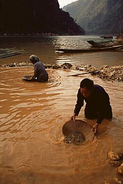 Gold panning, Nong Kiew, Laos, Indochina, Southeast Asia, Asia