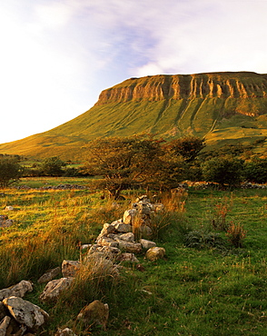 Benbulben at sunset, near Sligo, County Sligo, Connacht, Republic of Ireland (Eire), Europe