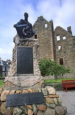 MacLellan's Castle and World War I monument, Kirkcudbright, Dumfries and Galloway, Scotland, United Kingdom, Europe