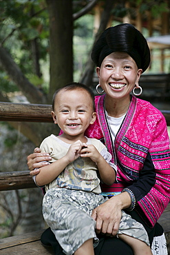 Woman and child of Yao minority (Long Hair) tribe, Longsheng terraced ricefields, Guilin, Guangxi Province, China, Asia