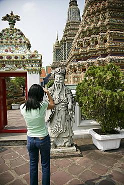 Thai woman taking pictures, Wat Po, Bangkok, Thailand, Southeast Asia, Asia