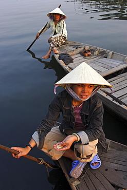 Women ferrying boats await a fare, Hoi An, Vietnam, Indochina, Southeast Asia, Asia