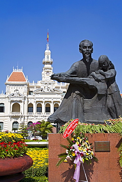 HCMC's People's Committee Building (Hotel de Ville) and Ho Chi Minh statue, Hoh Chi Minh City (Saigon), Vietnam, Indochina, Southeast Asia, Asia