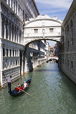 Bridge of Sighs and gondola, Venice, UNESCO World Heritage Site, Veneto, Italy, Europe