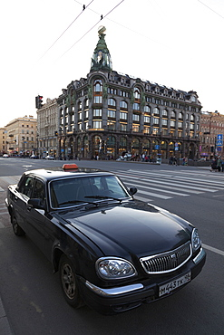 Taxi parked on Nevsky Prospekt with the House of Books in the distance, St. Petersburg, Russia, Europe