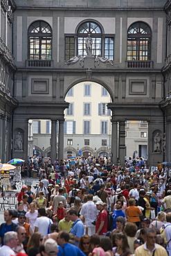 Tourists, Piazzale degli Uffizi, Uffizi Gallery, Florence, Tuscany, Italy, Europe