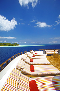 Yacht and tropical island, Maldives, Indian Ocean, Asia - 795-319