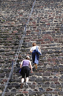 Mexico, Anahuac, Teotihuacan, Tourists climbing the steps of the Pyramid del Sol.