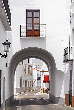 Spain, Extremadura, Olivenza, Archway in typically narrow street.