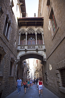Spain, Catalonia, Barcelona, Pont dels Sospirs or Bridge of Sighs in the Gothic Quarter.