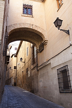 Spain, Castilla La Mancha, Toldeo, Archway on Calle del Angel in the old quarter of the City.