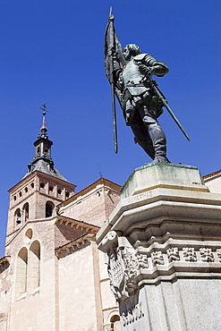 Spain, Castille-Leon, Segovia, Statue of Juan Bravo by A.Marinas with Church of St Martin in the background.