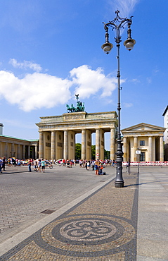 Germany, Berlin, Mitte, sightseeing tourists at the Brandenburg Gate or Brandenburger Tor in Pariser Platz leading to Unter den Linden and the Royal Palaces with the Quadriga of Victory on top. The only remaining of the original 18 gates in the Berlin Customs Wall.