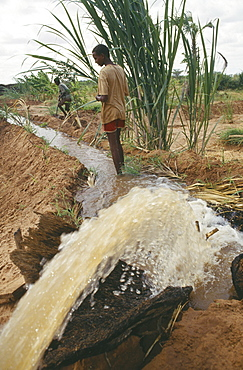 SOMALIA  Bula Hawa Local men and irrigation channel in project to restart agriculture in area devastated by war near Mandera funded by Trocaire.