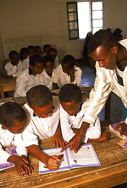 SOMALILAND  Hargeisa Teacher and pupils in classroom at Gacmodhere Primary School.