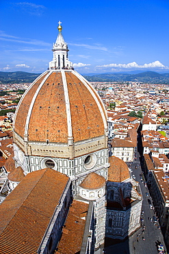 ITALY, Tuscany, Florence, The Dome of the Cathedral of Santa Maria del Fiore, the Duomo, by Brunelleschi with tourists on the viewing platform looking over the city towards the surrounding hills