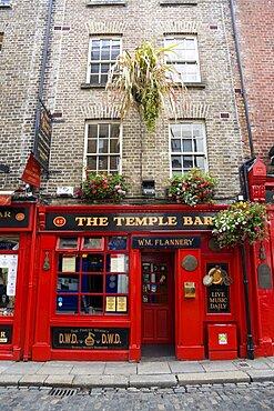 Ireland, County Dublin, Dublin City, Temple Bar traditional Irish public house with cobbled street.