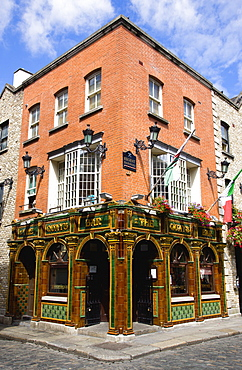 Ireland, County Dublin, Dublin City, The Quays public house on a street corner in Temple Bar with a cobbled road.