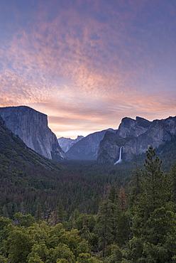 Colourful sunrise above Yosemite Valley from Tunnel View, Yosemite National Park, UNESCO World Heritage Site, California, United States of America, North America