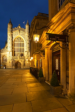 The Pump Room restaurant and Bath Abbey in Bath city centre, UNESCO World Heritage Site, Somerset, England, United Kingdom, Europe