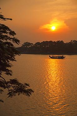 Perfume River (Huong River) at sunset, Hue, Thua Thien-Hue, Vietnam, Indochina, Southeast Asia, Asia