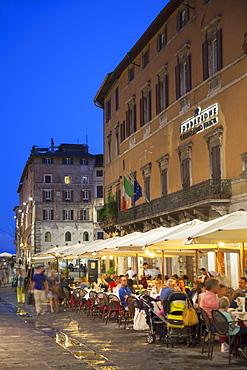 Outdoor restaurants on Corso Vannucci at dusk, Perugia, Umbria, Italy, Europe