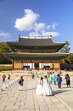 Tourists wearing traditional Korean clothes in Changdeokgung Palace, UNESCO World Heritage Site, Seoul, South Korea, Asia