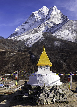 Buddhist Stupa outside the town of Dingboche in the Himalayas, Nepal, Asia