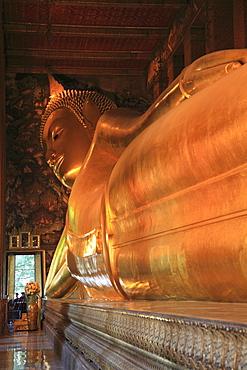 Reclining Buddha, 46 meters long, Wat Pho (Wat Po) (Wat Phra Chetuphon), Rattanakosin (Ratanakosin), Bangkok, Thailand, Southeast Asia, Asia