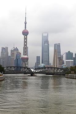 Waibaidu Bridge (Garden Bridge) over Suzhou Creek, Pudong skyline with Oriental Pearl Tower and Shanghai World Financial Center beyond, Shanghai, China, Asia