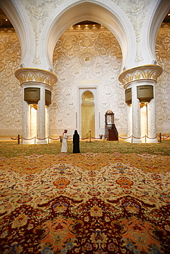 The main prayer hall features the world's largest hand-woven Persian carpet, Sheikh Zayed Grand Mosque, Abu Dhabi, United Arab Emirates, Middle East
