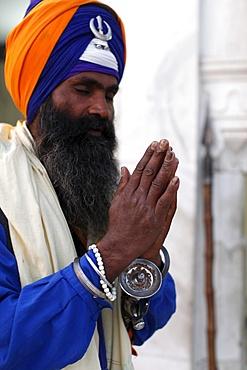 Sikh soldier praying in Bangla Sahib Gurdwara, New Delhi, India, Asia