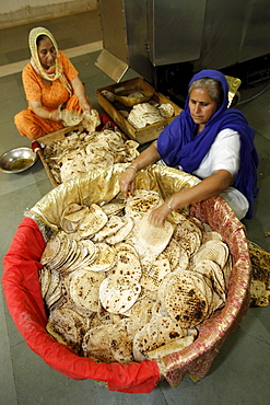 Chapatti making in the communal kitchen of Bangla Sahib Gurdwara, New Delhi, India, Asia
