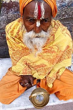 Holy man begging outside a temple, Vrindavan, Uttar Pradesh, India, Asia
