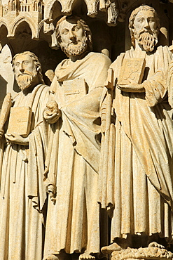 Statues in the splay and the left sidewall of the central portal depicting from right to left, the apostles Thomas the Apostle, St. Matthew, St. Philip. Amiens Cathedral, UNESCO World Heritage Site, Picardy, France, Europe