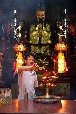 Buddhist worshipper, Taoist temple, Jade Emperor pagoda (Chua Phuoc Hai), Ho Chi Minh City, Vietnam, Indochina, Southeast Asia, Asia