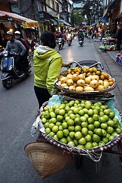 Street vendor selling fruit, Hanoi, Vietnam, Indochina, Southeast Asia, Asia