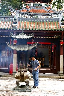 Thian Hock Keng Temple, Buddhist worshipper burning incense sticks, Singapore, Southeast Asia, Asia