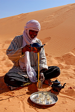 Tuareg making tea, Sebha, Ubari, Libya, North Africa, Africa
