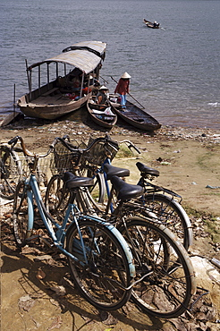Cycles and ferry, Hoi Ann River, Hue, Vietnam, Indochina, Southeast Asia, Asia