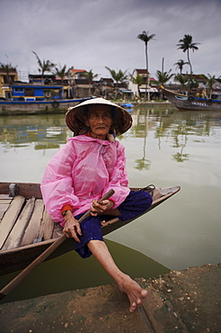 Old woman waiting to ferry passengers across the Thu Bon River, Hoi An, Vietnam, Indochina, Southeast Asia, Asia