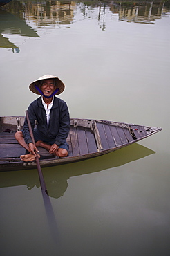 Old man waiting to ferry passengers across the Thu Bon River, Hoi An, Vietnam, Indochina, Southeast Asia, Asia