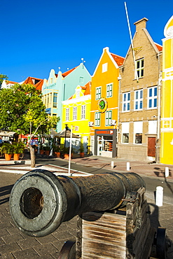 Old cannon in front of Dutch houses at the Sint Annabaai in Willemstad, UNESCO World Heritage Site, Curacao, ABC Islands, Netherlands Antilles, Caribbean, Central America