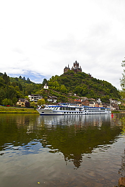River cruise ship below castle Cochem on the River Moselle, Rhineland-Palatinate, Germany, Europe