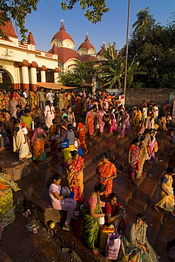Crowds of people in front of Kali Temple, Kolkata, West Bengal, India, Asia