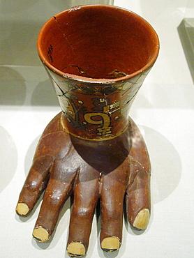 Quero ofrenda enterramientos de la cultura Wari, Zona Central de Peru (600 dC - 1100 d.C), Museo de la Nacion, Lima, Peru.