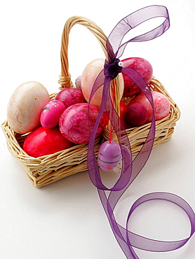 Easter basket with colored eggs - 817-189301