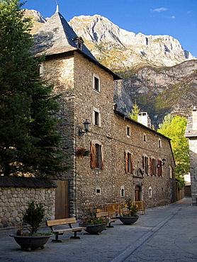 Fachada de Casa Faure del S.XVI en Benasque _ Huesca _ Pirineo Aragones