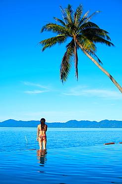 Thailand, Siam gulf, Ko Samui island, woman at the swiming pool